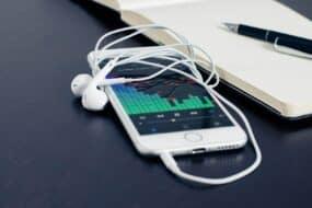 Πως να παίζεις μουσική από το YouTube στο background (iPhone & Android)
