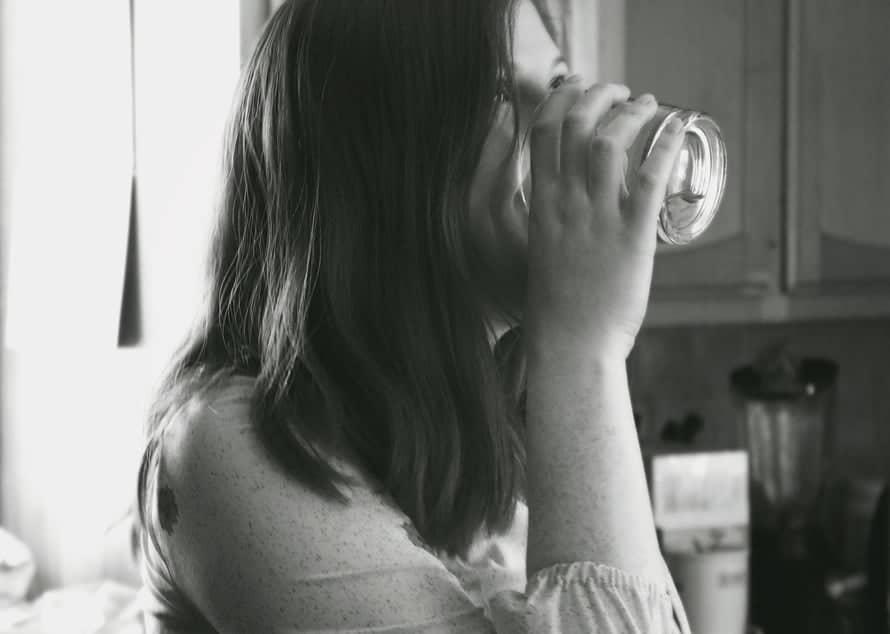 7 καταπληκτικά οφέλη που αποκτάς πίνοντας χλιαρό νερό το πρωί!