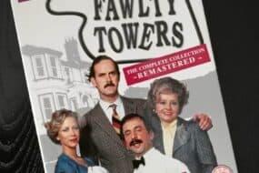 Fawlty Towers: Η εμβληματική σειρά του 1975 επέστρεψε στις οθόνες μας